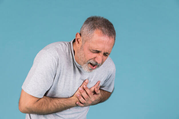 Senhor sentindo dor no peito
